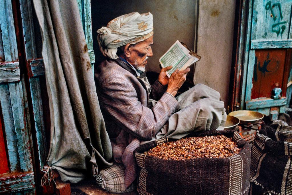 Foto di Steve McCurry di un anziano uomo yemenita che legge