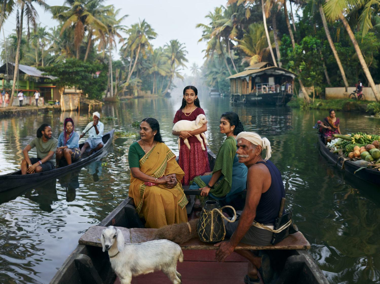 Una canoa con una famiglia in India