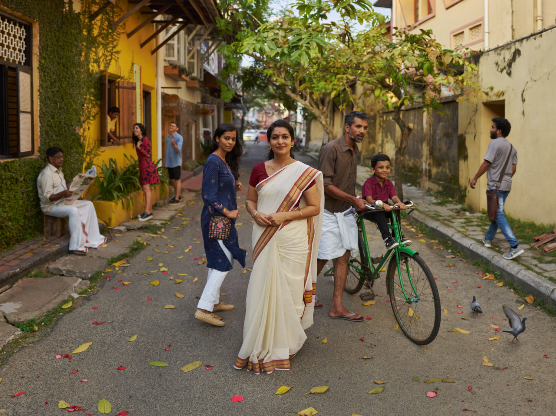 Gruppo di persone in una strada dell'India